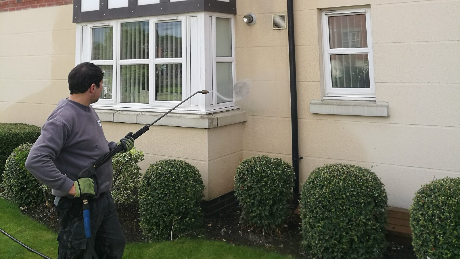 Render Cleaning in Manchester for Top Mark Solutions